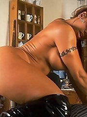 April Hunter in Muscle Lady Shaving Pussy